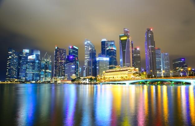 Singapore skyline marina bay sands-stadshorizon bij nacht singapore