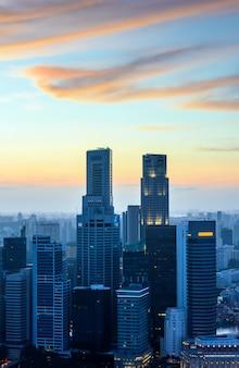 Singapore wolkenkrabbers bij zonsondergang