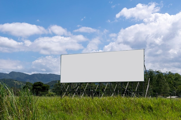 Singboardpaneel met uitzicht op de bergen