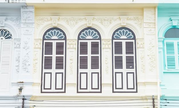 Sino-portugese architectuur van oud gebouw in phuket stad.