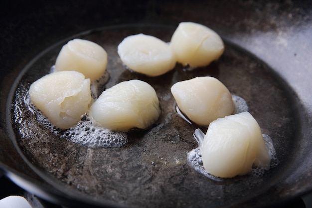 Sint-jakobsschelpen gebakken in pan