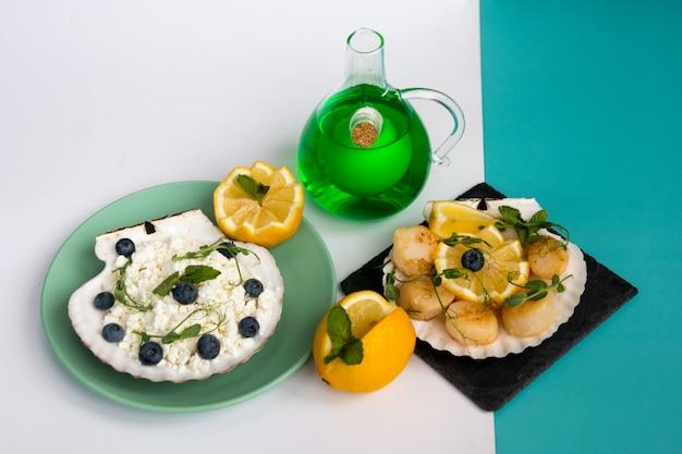 Sint-jakobsschelpen in de schaal en korrelige kwark met bosbessen. dieetvoeding