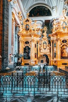 Sint-petersburg, rusland - 05 november 2019: peter en paul fortress binnen, de graven van de russische tsaren. sint petersburg.