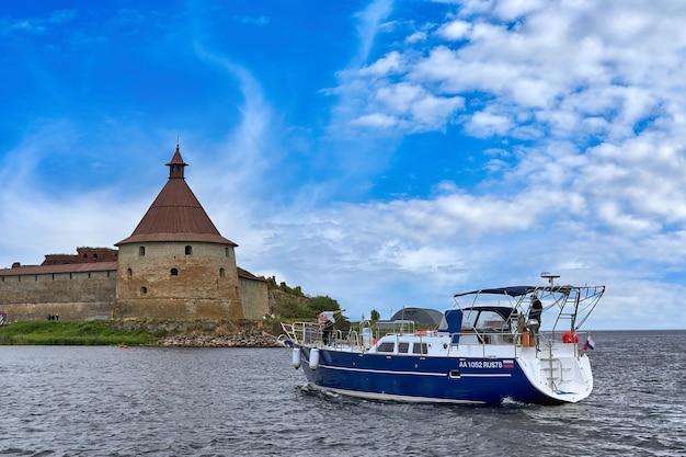 Sint-petersburg, rusland - 09 augustus 2021: een excursiegroep bezoekt de bezienswaardigheden van het oreshek-fort in de buurt van sint-petersburg