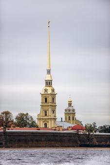 Sint-petersburg, rusland, 2019 peter en paul-vesting op een bewolkte dag