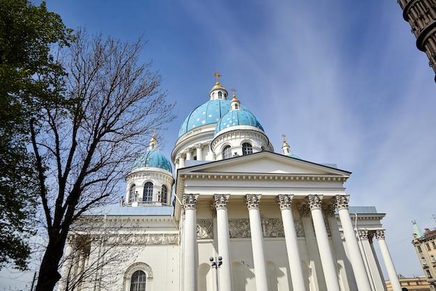 Sint-petersburg, rusland het izmailovsky-regiment bewaakt de trinity cathedral