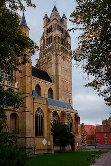 Sint-salvatorkathedraal gemaakt van oude bakstenen op oude middeleeuwse straat in brugge brugge
