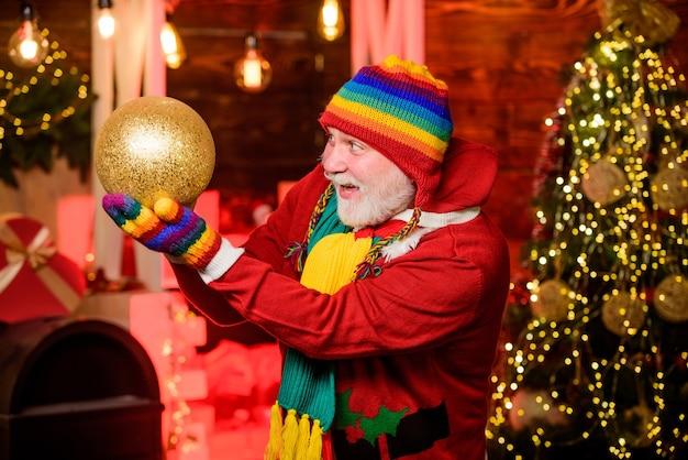 Sinterklaas bestaat. kerstversiering thuis. kerstgeest. bebaarde grootvader senior man vieren kerst. vrolijk feest. volwassen man met witte baard. kerstvakantie. vrolijk kerstfeest.