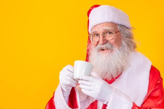 Sinterklaas onder het genot van een kopje koffie of thee