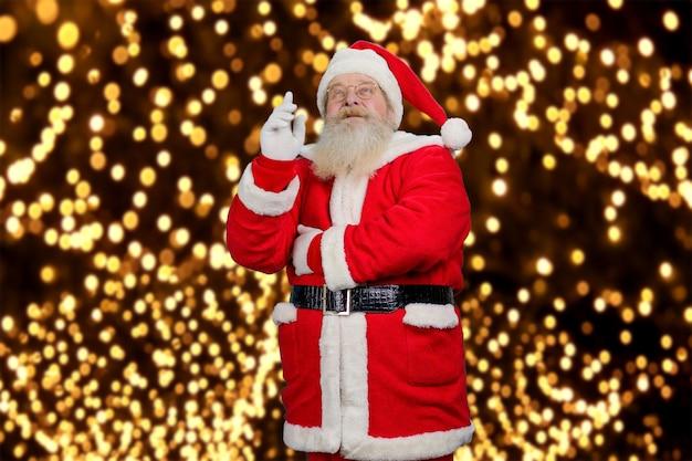 Sinterklaas wijst naar boven.