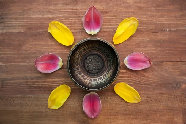 Sintulip-bloemblaadjesachtergrond in hoogste mening