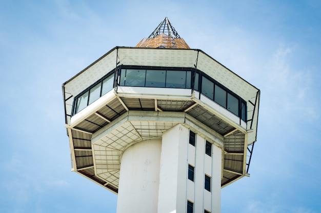 Sisaket toren op blauwe hemelachtergrond