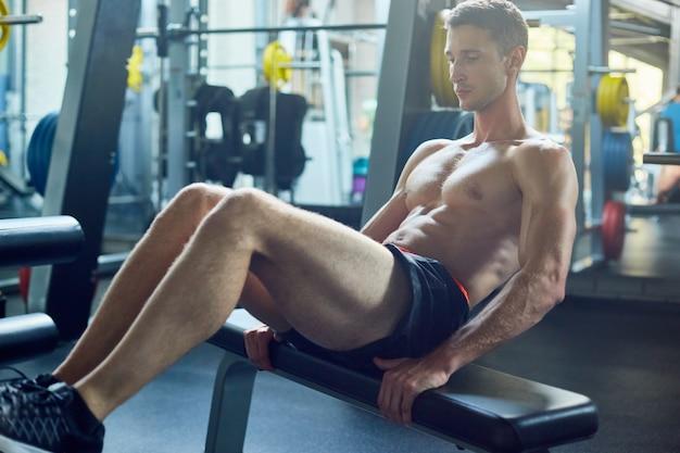 Sit-ups doen bij gym