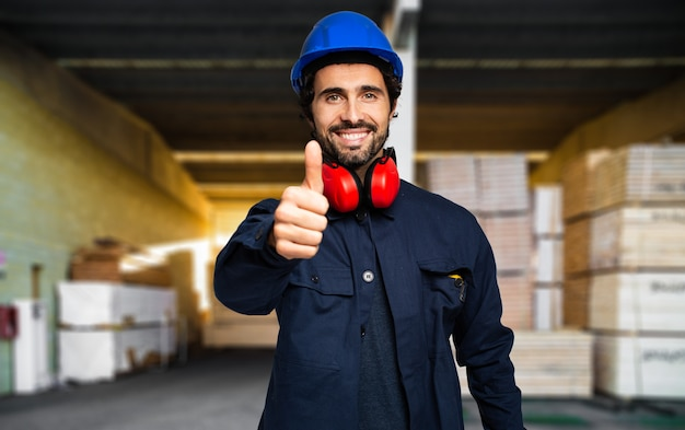 Site bouw manager geven duimen op