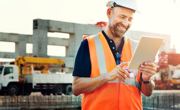 Site engineer op een bouwplaats