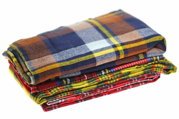 Sjaal. geruite warme herfst sjaals stapel geïsoleerd op een witte achtergrond.