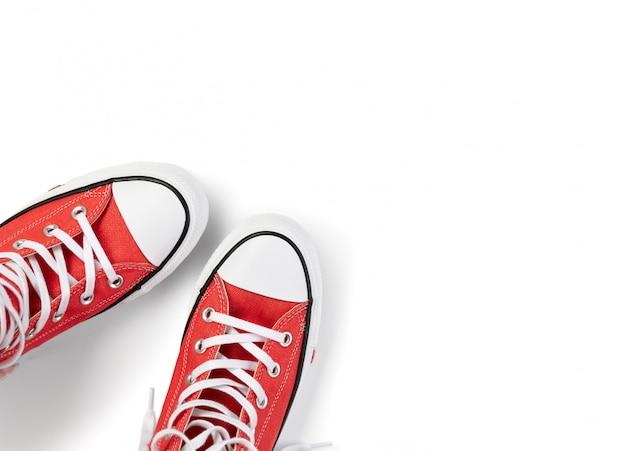Sjabloon met zomerschoeisel op witte achtergrond. plat lag bovenaanzicht rode sneakers met kopie ruimte. fashion shopping verkoop concept