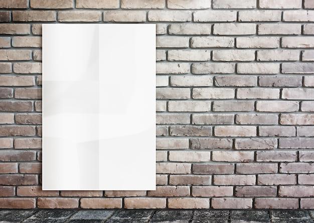 Sjabloon - muur van verfrommeld posters op bakstenen muur & voetpad grond