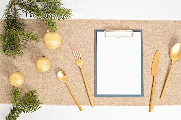 Sjabloon van tafeldecoratie kerst met gast uitnodigingskaart Premium Foto