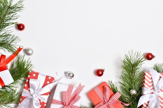 Sjabloon voor spandoek uitnodiging voor kerstmis en nieuwjaar. een kerstkaart met een plek voor tekst. platte lay-out, bovenaanzicht, plaats om te kopiëren.