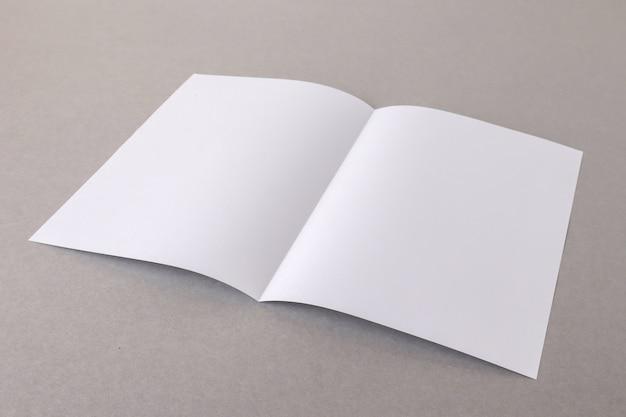 Sjabloon vouw witboek op grijze achtergrond bussnese concept