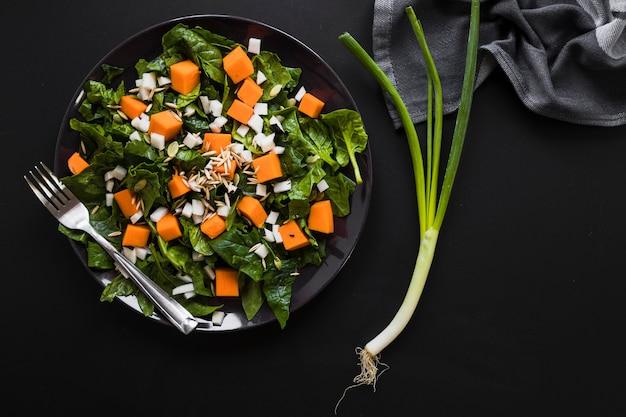 Sjalot dichtbij plantaardige salade
