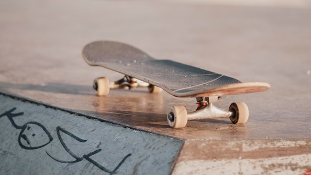 Skateboard buiten in het skatepark