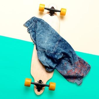 Skateboard en jeans stedelijk mode minimaal ontwerp