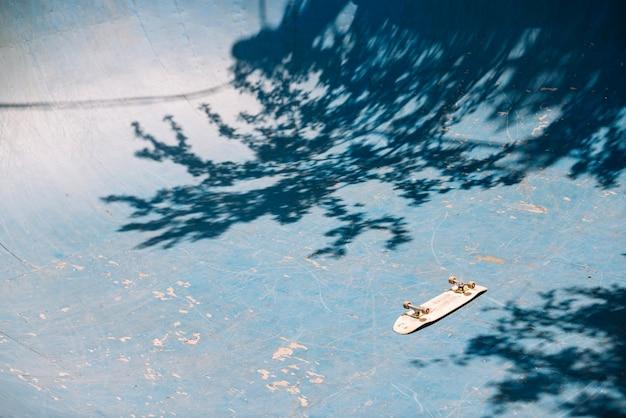 Skateboard op oprit