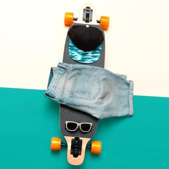 Skateboard, zonnebril, pet, jeans. houd van urban fashion. minimalistisch design streetstyle