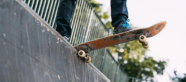 Skateboarden levensstijl. extreme sporten. man voeten op skateboard.