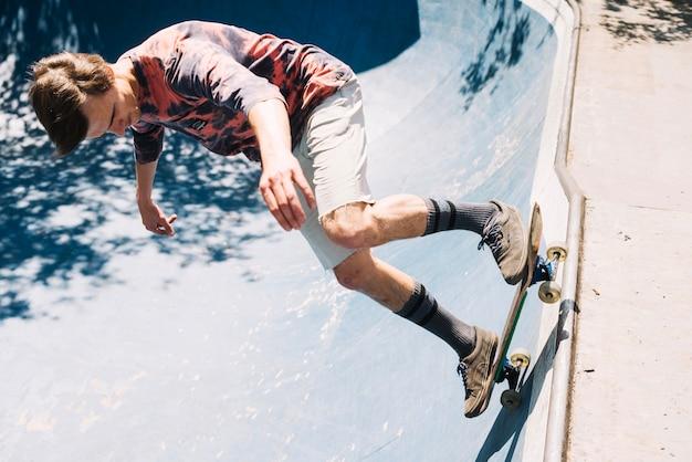 Skateboarder die op helling springt