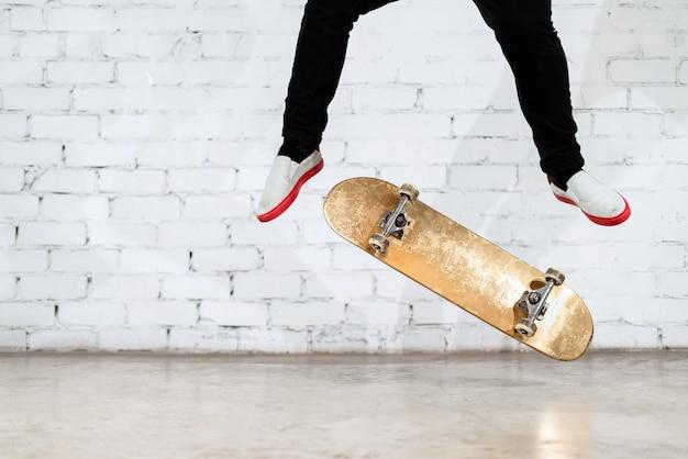 Skateboarder die skateboardtruc uitvoert.