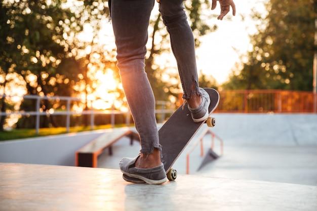Skater jongen oefenen