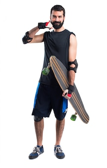 Skater maakt telefoongebaar