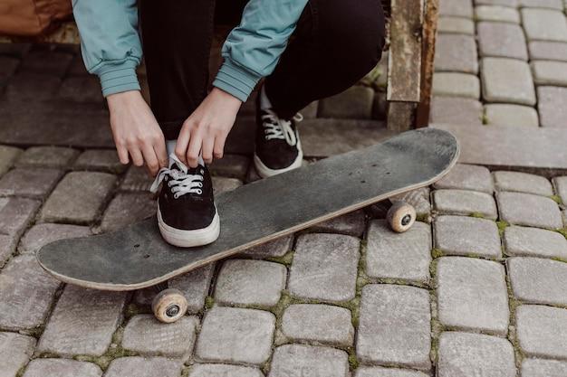 Skater meisje benen staan op haar skateboard
