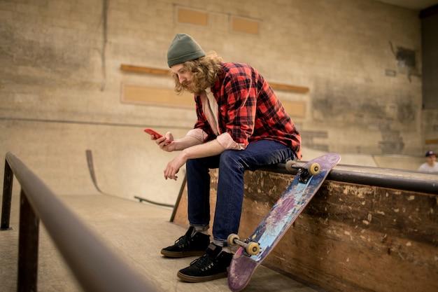 Skater met behulp van smartphone