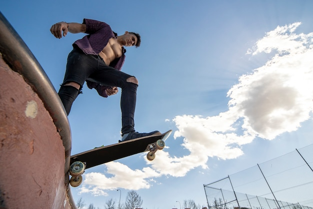 Skater met skateboard doet trick the air