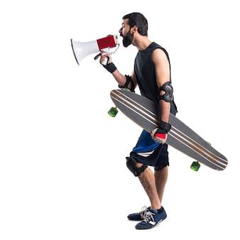 Skater schreeuwen door megafoon