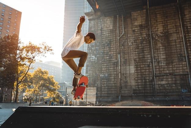 Skater training in een skatepark in new york