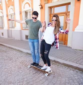 Skaterpaar dat in de stad geniet