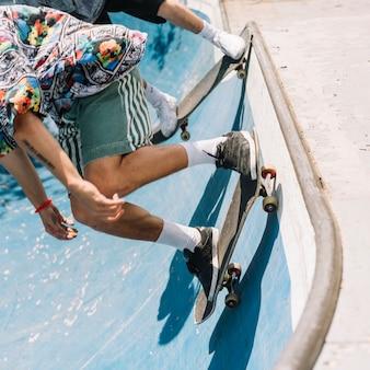Skaters rijden op een helling