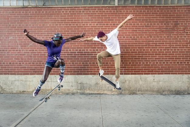 Skaters trainen in een skatepark in new york
