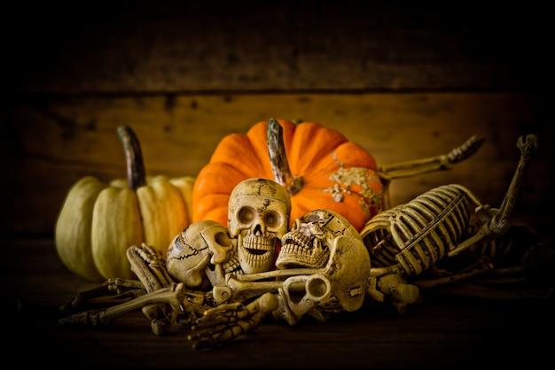 Skelet en pompoen op hout, happy halloween achtergrond, halloween pompoenen