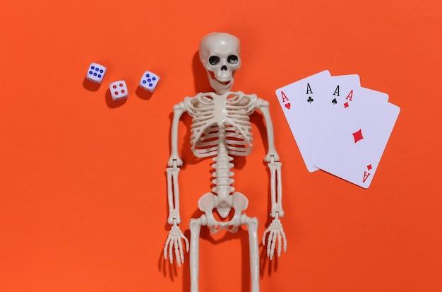 Skelet en vier azen, dobbelstenen gokverslaving.