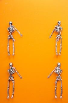 Skeletten dansen op een oranje tafel