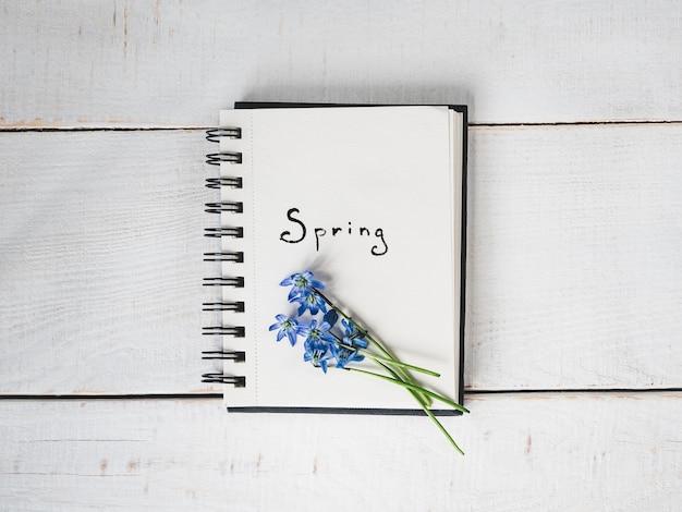 Sketchbook, lege pagina, heldere bloem en roze lint