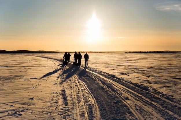 Ski-expeditie in inari lake, lapland, finland