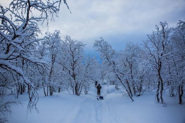 Ski-expeditie in nuorgam, lapland, finland