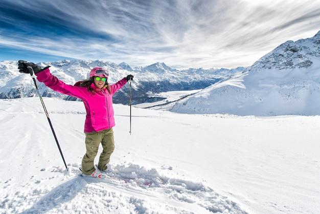Ski, mooi en jong skiërmeisje die de winter van vakantie genieten